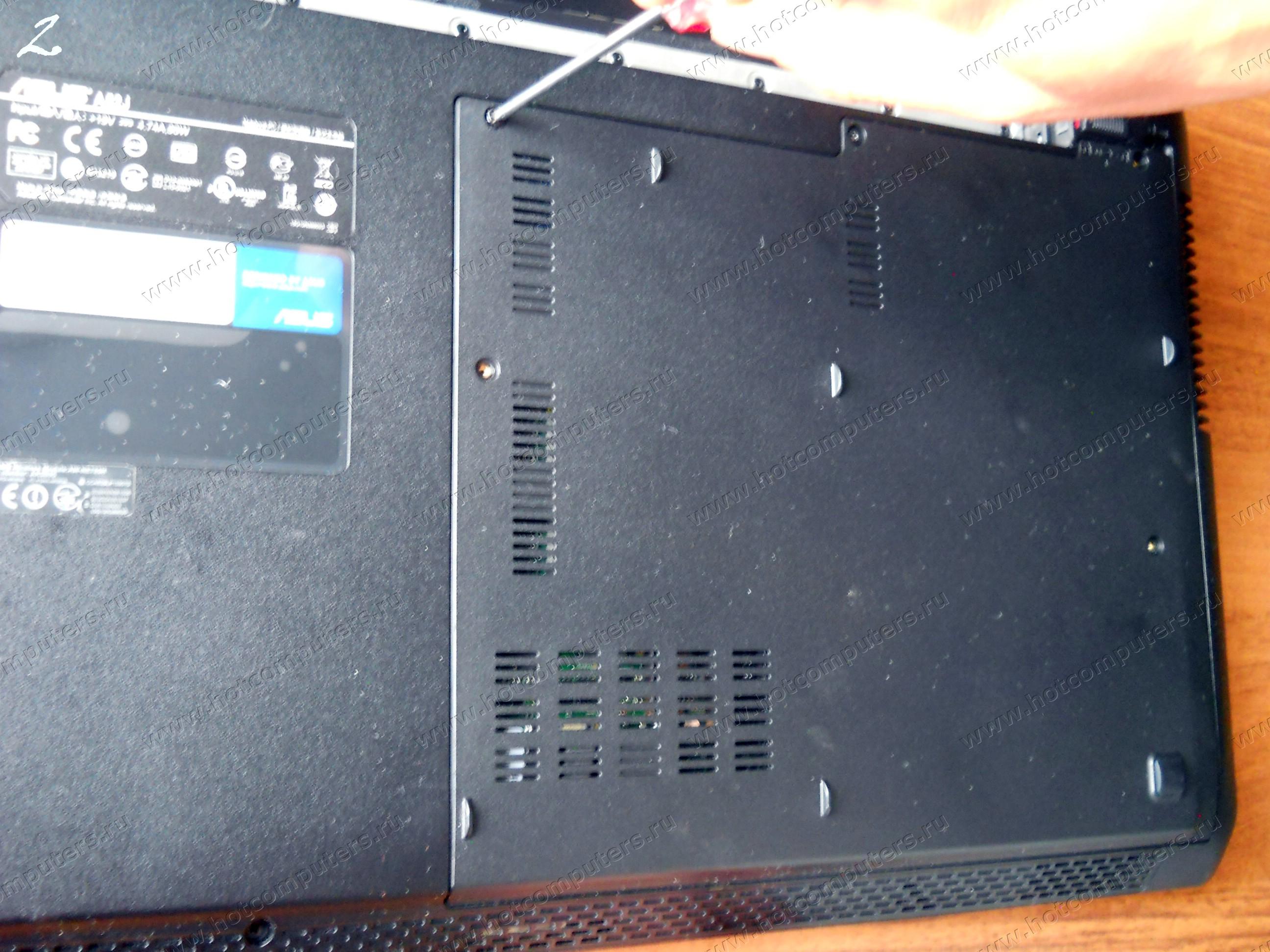 Снятие батареи и откручивание болтов крестовой отверткой по периметру крышки ноутбука Asus